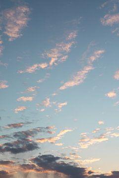 Pastel wolkenlucht Nederland van Amber den Oudsten