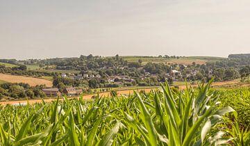 Kerkdorpje Eys in Zuid-Limburg van John Kreukniet