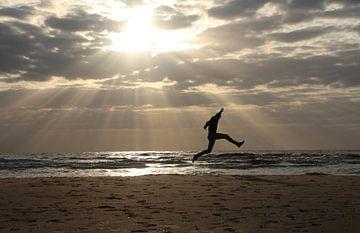 spelen op het strand. van Gerda Guichelaar