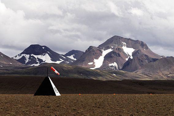 Landebahn vor Bergkette
