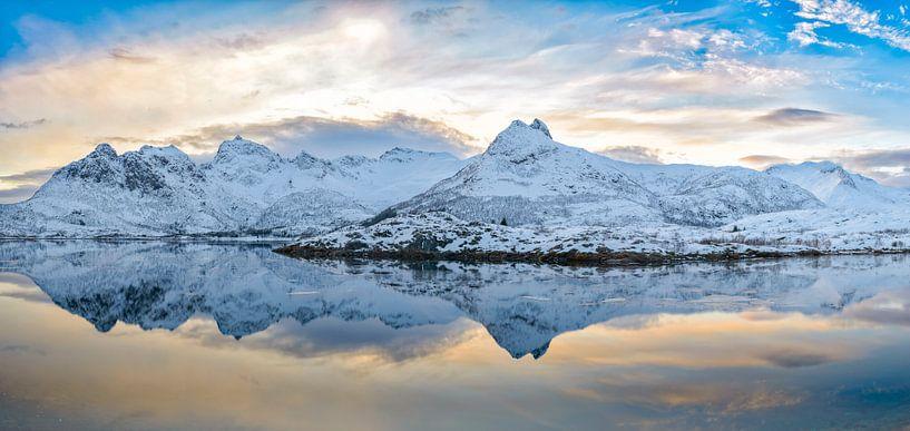 Zonsondergang over een kalm meer in de Lofoten in Noorwegen in de winter van Sjoerd van der Wal
