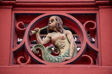 Ballustrade met beeldhouwwerk  van zeemeermin op het dak van het Raadhuis van Bazel in Zwitserland van Joost Adriaanse