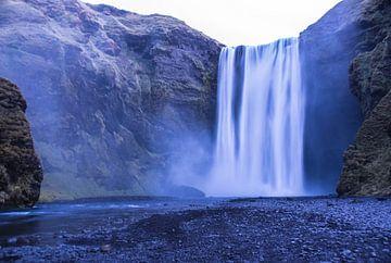 Skógafoss waterval in IJsland van Eline Bierling