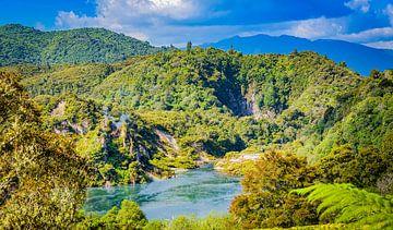 Meer in de Waimangu thermische vallei, Nieuw Zeeland van Rietje Bulthuis