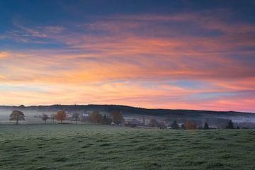 Zonsopkomst in de Belgische Ardennen op een koude herfstochtend. von Rob Christiaans