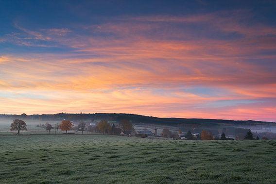 Zonsopkomst in de Belgische Ardennen op een koude herfstochtend.