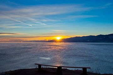 Begegnung mit dem Sonnenaufgang am kalten Baikalsee von Michael Semenov