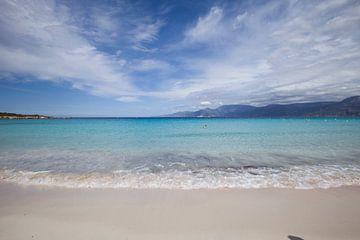 Azuurblauwe zee op Corsica in Frankrijk sur Rosanne Langenberg