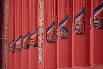 Koppen op ramen op het Raadhuis van Bazel in Zwitserland van Joost Adriaanse