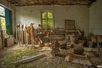 Atelierraum mit verschiedenen Skulpturen. von Het Onbekende