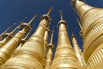 Gouden tempels bij Inle Lake, Myanmar van Annemarie Arensen