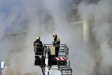 Brandweer in hoogwerker van Arjan Penning