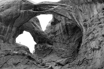 kleine figuur in de rotsbogen in zwart-wit in Arches National Park von Jonathan Vandevoorde