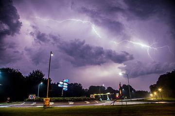 Onweer boven rotonde bij Dronrijp van Maurice Hamming