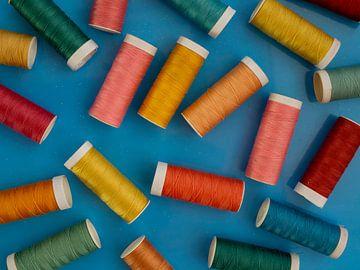 Pelote de bobines de fil sur fond bleu sur Margreet van Tricht