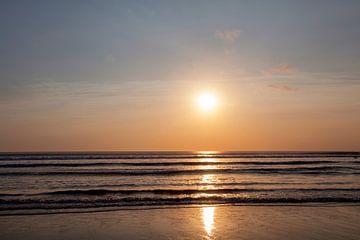 Schöner Sonnenaufgang über dem tropischen Strand, Sanur, Bali von