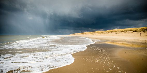 Donkere wolken boven het strand van Texel