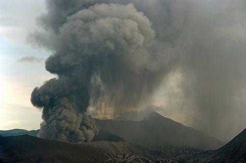 Uitbarsting van de Bromo vulkaan in mei 2011.