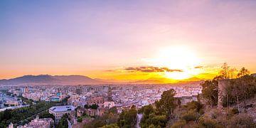 Malaga centrum tijdens zonsondergang - Andalusie, Spanje van Gerard van de Werken