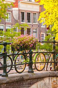 Fietsen op een gracht in Amsterdam