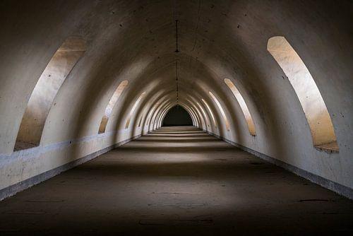 Donkere Tunnel in Verlaten Citadel. van Roman Robroek