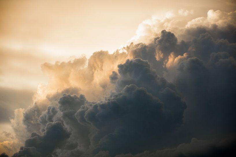 Donderende bewolkte hemel van Andreas Hackl