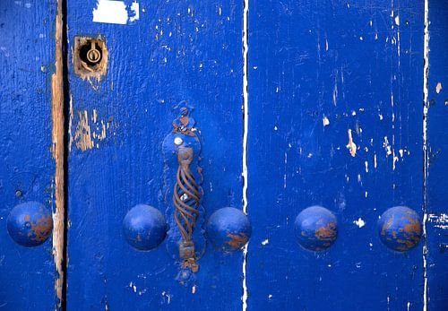 Verweerde blauwe deur