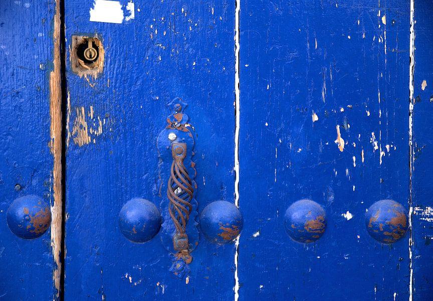 Verweerde blauwe deur van Sigrid Klop