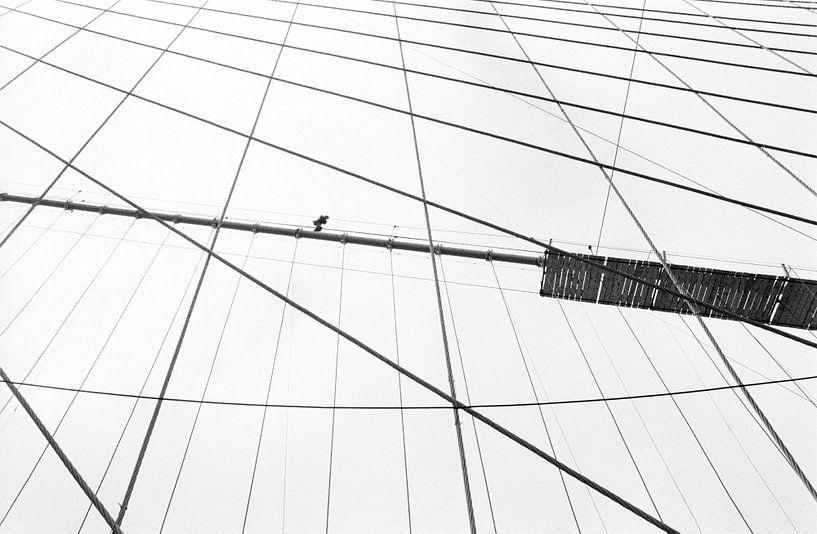 New York - Koorddanser op de Brooklyn Bridge van Raoul Suermondt