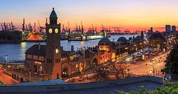 Hamburg Skyline - Landungsbrücken und Hafen Sonnenuntergang von Frank Herrmann