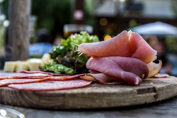 vleeswaren op een plankje