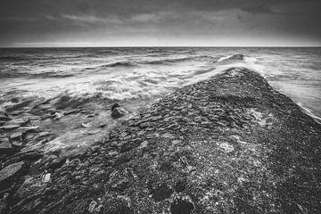 Schwarzweißer Deich in Schwarz-Weiß während eines Herbststurms mit Wellen von Fotografiecor .nl