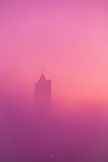 Kerktoren in de mist