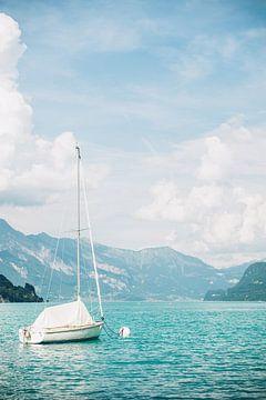 Zeilboot op Blauw Meer van Patrycja Polechonska