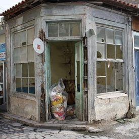 Vervallen (winkel)pand in Griekenland van Jetty Boterhoek
