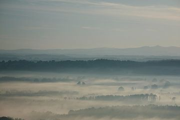 Morgendlicher Nebel in einer französischen Landschaft von Annet van Esch