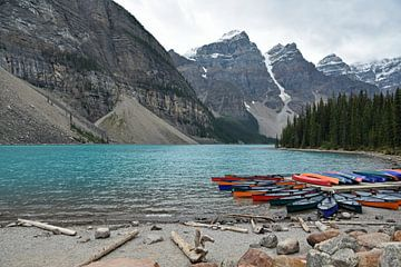 Turkoois water van Lake Moraine (meer) in Canada van Jutta Klassen