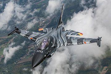 De prachtige Dark Falcon F-16 van de Belgische Luchtmacht air-to-air gefotografeerd in het Belgische van Jaap van den Berg