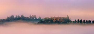 Villa in de mist, in Val d'Orcia, Toscane, Italië van Henk Meijer Photography