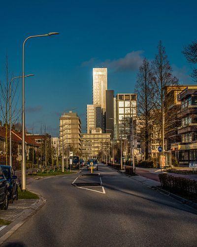 De skyline van de Friese hoofdstad Leeuwarden in het avondlicht. von Harrie Muis