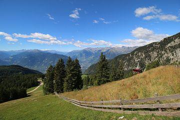 Italiaans berglandschap met prachtig groene weide van Paul Franke