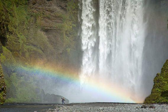 Waterval Skogafoss met regenboog op IJsland van Menno Schaefer