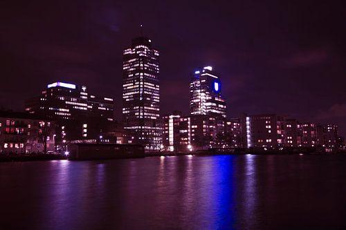 Skyline van Amsterdam bij nacht van