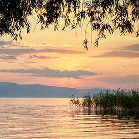 Pastelkleurige zonsondergang meer van Ohrid Macedonië van Cor de Hamer