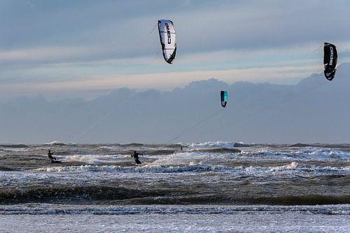 Drie kitesurfers