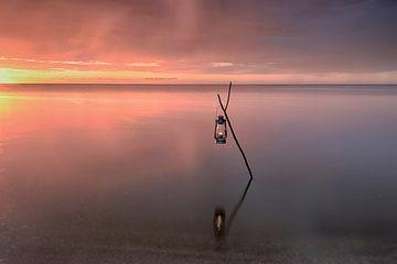 Öllampe im Wasser von John Leeninga