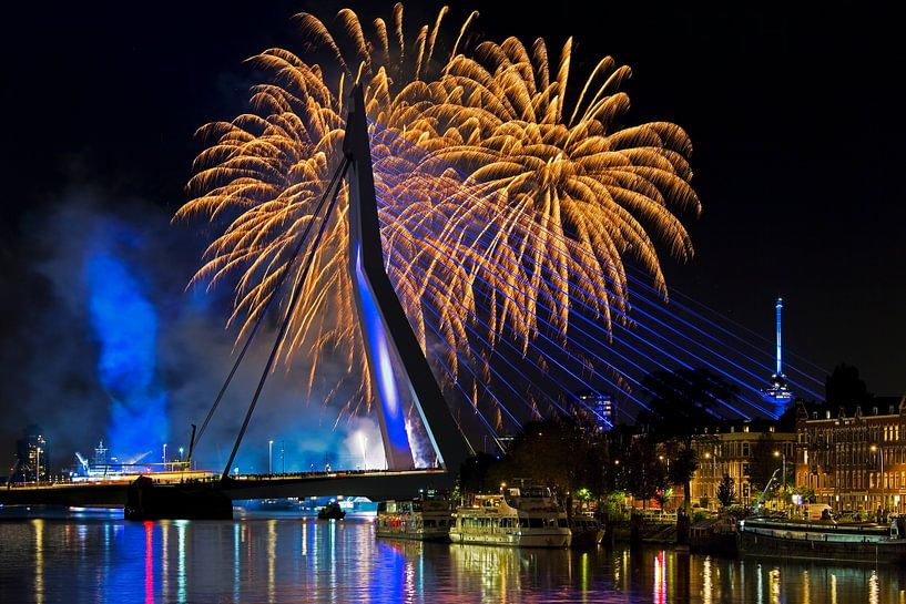 Vuurwerk bij de Erasmusbrug te Rotterdam van Anton de Zeeuw