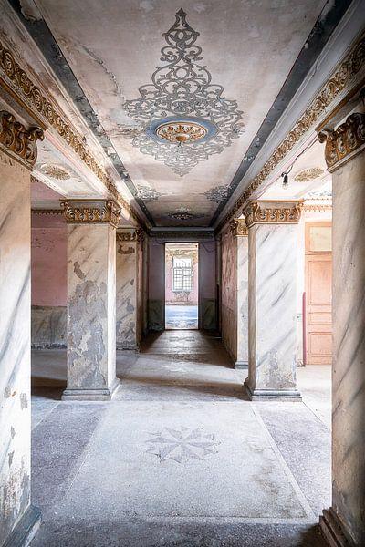 Langer Korridor im Verfall. von Roman Robroek