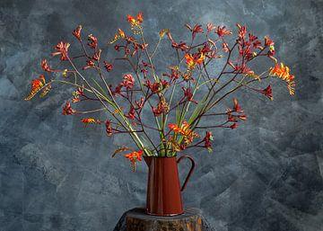 Blumenstrauß im roten Krug von Remke Spijkers