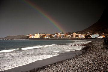 Regenboog op het strand van Valle Gran Rey, La Gomera van Peter Schickert